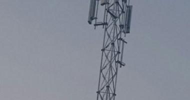 أهالى عزبة حمد بالغربية يقطعون الطريق اعتراضا على تركيب برج شبكة محمول