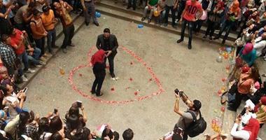 بالصور.. طالب بجامعة مصر يفاجئ حبيبته ويطلب يدها بالحرم الجامعى