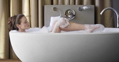 الاستحمام بالملح يخلص الجسم من السموم والتوتر ويخفف آلام المفاصل