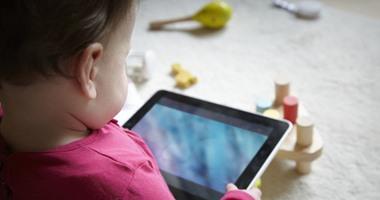 لماذا يدمن طفلك الألعاب الإلكترونية والإنترنت؟ وكيف تؤثر على شخصيته؟