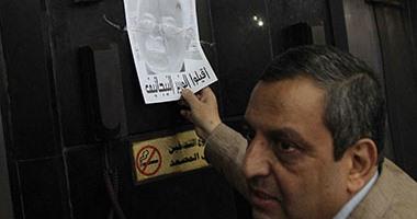 بالصور.. يحيى قلاش يزيل صور نيجاتيف لوزير الداخلية من نقابة الصحفيين