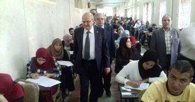 رئيس جامعة الزقازيق يتفقد أعمال امتحانات كلية الحقوق