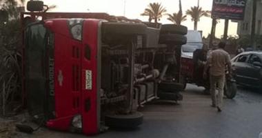 بالصور.. انقلاب سيارة نقل محملة بأنابيب بوتاجاز بدائرى المنصورة دون إصابات
