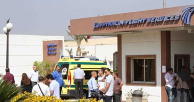 توافد أهالى الطائرة المفقودة على مطار القاهرة
