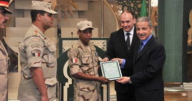 سفير السعودية بالقاهرة يقلد جنديا مصريا نوطى الشرف والتمرين من الدرجة الأولى  5201630155714269DSC_0315