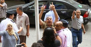 """قوات الأمن تتدخل لإبعاد تظاهر """"المواطنون الشرفاء"""" عن سلالم نقابة الصحفيين"""