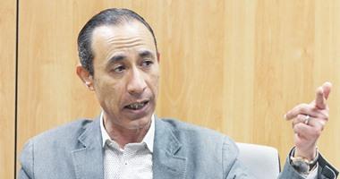 عصام الأمير وصفاء حجازى يعلنان إنهاء خلافهما بصورة تذكارية مع محلب
