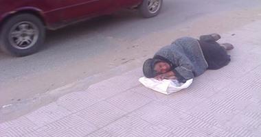 """قراء""""اليوم السابع"""":سيدة مُسِنّة تفترش الأرض بشارع قناة السويس بالمنصورة"""