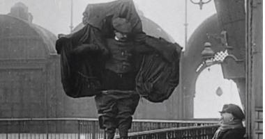 """""""فرانز ريتشليت """"  مات وهو يجرب """"البدلة الطائرة"""" من أعلى برج إيفل"""