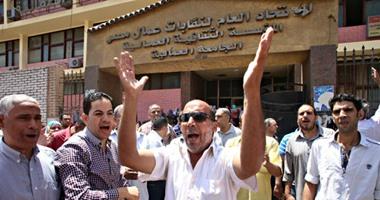 العاملون بالجامعة العمالية ينقلون احتجاجهم إلى مقر عملهم بمدينة نصر