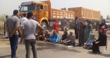 بالصور.. أهالى البحيرة يقطعون الطريق احتجاجا على انقطاع مياه الشرب