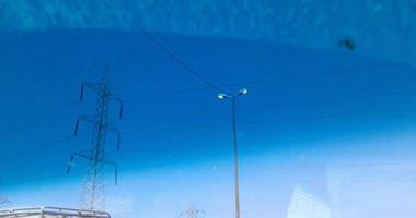 بالفيديو.. أعمدة الإنارة مضاءة فى وضح النهار بالإسكندرية