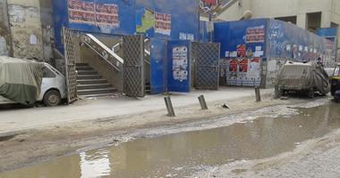 """بالفيديو والصور.. الصرف الصحى يهدد حوائط مترو فيصل.. المياه تغلق الشارع الرئيسى.. والأهالى: ذوو الاحتياجات الخاصة لا يستطيعون استخدام الممر الخاص بهم.. وناظر المحطة: """"تقدمنا بشكاوى ولا حد سائل فينا"""""""