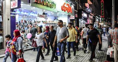 المصريون يشترون الملابس الجديدة استعدادا لعيد الفطر