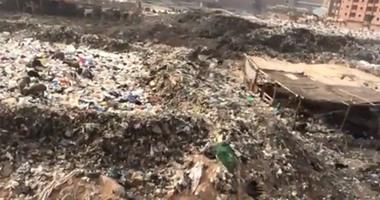 بالفيديو.. تحول شارع جمال عبد الناصر فى السلام لمقلب قمامة وأدخنة سامة