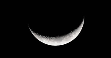 """عيد ميلاد القمر.. هلال """"ربيع أول"""" يزين سماء الوطن العربى الليلة"""