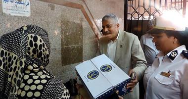 بالصور.. مدير أمن الغربية يوزع 1000 كرتونة سلع غذائية على المواطنين