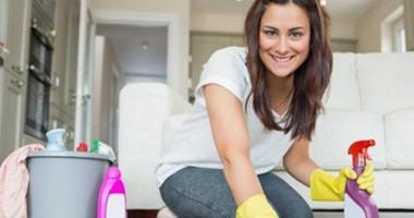 دراسة: تنظيف المنزل ضار على المرأة مثل تدخين 20 سيجارة يوميا
