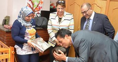 محافظ الإسكندرية يقدم تهنئة عيد الفطر المبارك للأيتام والمسنين