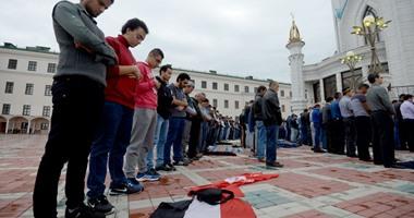 بالصور.. شباب مصرى يصلون فى أحد مساجد روسيا على علمى مصر والنادى الأهلى