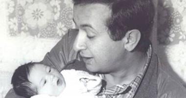 نور الشريف يحمل ابنته مى وهى طفلة رضيعه.. فى صورة نادرة
