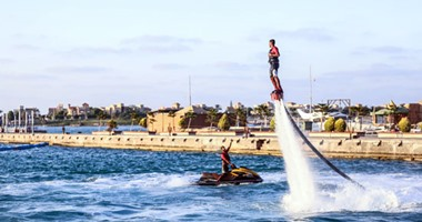 """رياضة """"إيربورد"""" لمواجهة الحر.. متعة الطيران على الماء"""