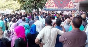 بالصور..تظاهر العاملين بالتنظيم والإدارة اعتراضا على قانون الخدمة المدنية
