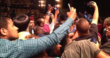 المشاركون بندوة وزارة الشباب يلتقطون صورة سيلفى مع البابا تواضروس