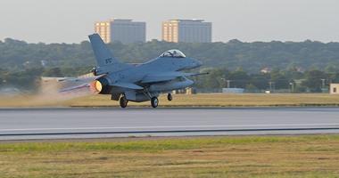 8 مقاتلات f16 جديدة تجوب سماء القاهرة والجيزة احتفالا بدخولها الخدمة