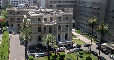 سيدة تلقى نفسها أرضا أمام موكب الوزراء عند مبنى المجلس لعلاج ابنها