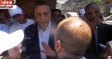 """بالفيديو.. محافظ الجيزة عن عامل نظافة: """"بروح أهله"""" بياخد فلوس من الحى"""