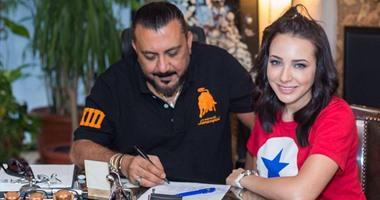 نصر محروس يتعاقد مع ساندى على توزيع ألبومها الجديد
