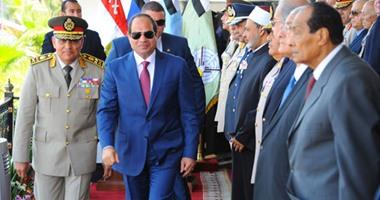 الرئيس السيسي يصافح عددا رموز 720162116155967p-(3).jpg