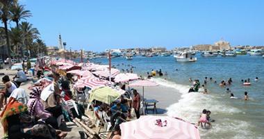 بالصور.. إقبال كثيف على شواطئ الإسكندرية مع ارتفاع درجات الحرارة