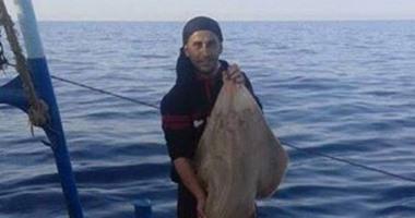بالصور..نقابة صيادى كفرالشيخ تتابع نقل جثث 3 أشخاص لقوا حتفهم فى انفجار مركب
