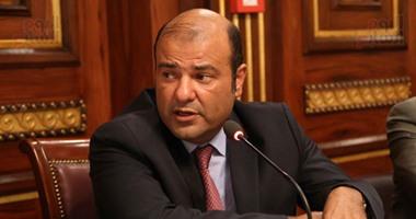 بالصور.. خالد حنفى ينتظر دوره لحضور جلسة استماع تقصى الحقائق بقاعة الوزراء