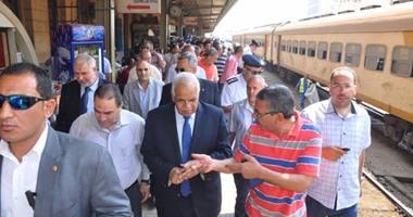 وزير النقل يتوجه إلى موقع حادث قطار العياط