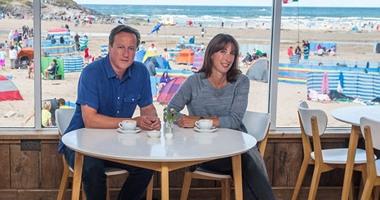 """بالصور.. رئيس الوزراء البريطانى يقضى إجازته الـ15 بـ""""الشبشب"""""""