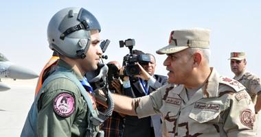 """بالصور.. وزير الدفاع يناقش الضباط من داخل مقاتلة """" اف 16 """""""