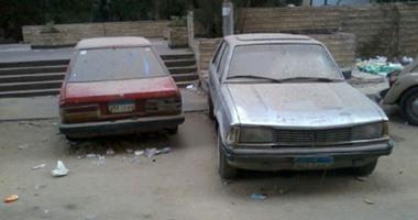 سكان شارع معهد ناصر يشكتون من وجود سيارات متهالكة وقديمة: مأوى للكلاب الضالة