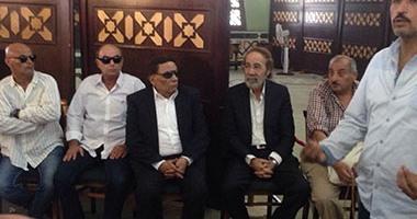 بالفيديو..محمود ياسين وعادل إمام يتبادلان الأحضان فى جنازة نور الشريف