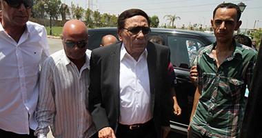 وصول الزعيم عادل إمام لتأدية صلاة الجنازة على نور الشريف  اليوم السابع