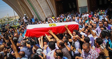 إلهام شاهين تظهر بالحجاب فى جنازة نور الشريف  اليوم السابع