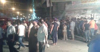 بالصور..أهالى الفلكى بالإسكندرية يقطعون الطريق لغرق الشوارع بمياه الصرف