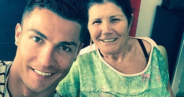 كريستيانو رونالدو يستعين بوالدته لفك النحس