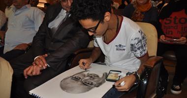 بالصور..طالب يفاجئ وزير التعليم الفنى برسم صورة له بكفر الشيخ