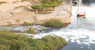 بالفيديو والصور.. تفاصيل أخطر كارثة بيئية تلوث مياه النيل بأسوان.. النهر يستقبل 120 ألف متر مكعب من مياه الصرف يوميا تهدد صحة المواطنين.. والأهالى يتهمون الحكومة بالفشل