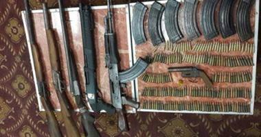 """ضبط سيارة محملة بأسلحة آلية وذخائر وأعلام """"داعش"""" بالمطرية"""