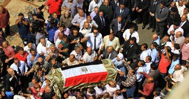 أهالى مدينة بركة السبع يشيعون جنازة الضابط رضا زكى شاهين والذى لقى مصرعه فى سقوط طائرة