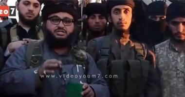 """بالفيديو.. مصرى منتمى لـ""""داعش"""" يُمزق جواز سفره ويلقيه بالنار"""